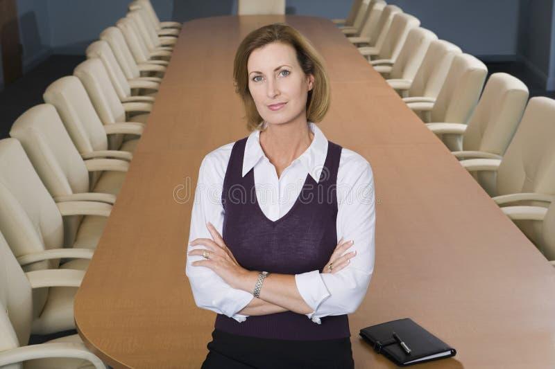 站立在办公室的女实业家画象 库存照片