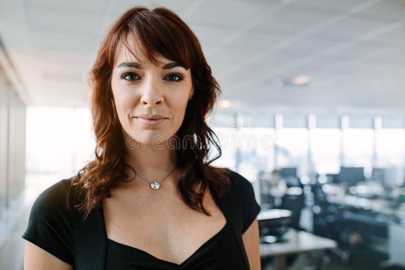 站立在办公室的确信的成熟女实业家 图库摄影