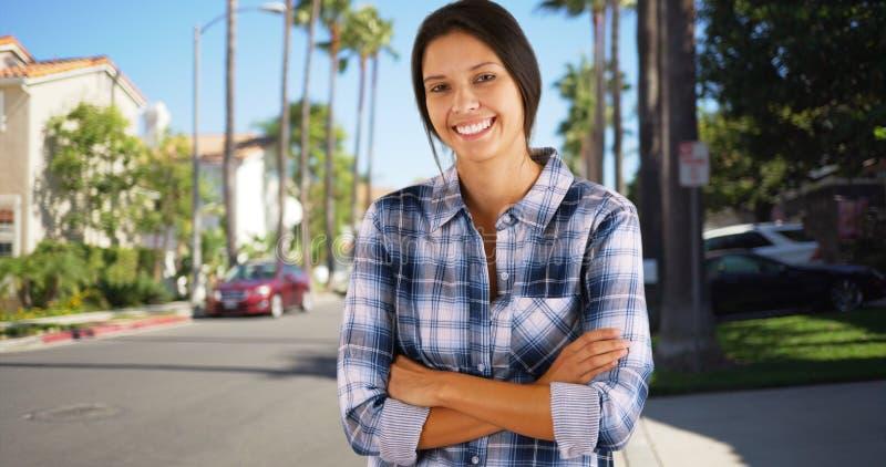 站立在加利福尼亚郊区邻里的年轻白女孩 免版税图库摄影