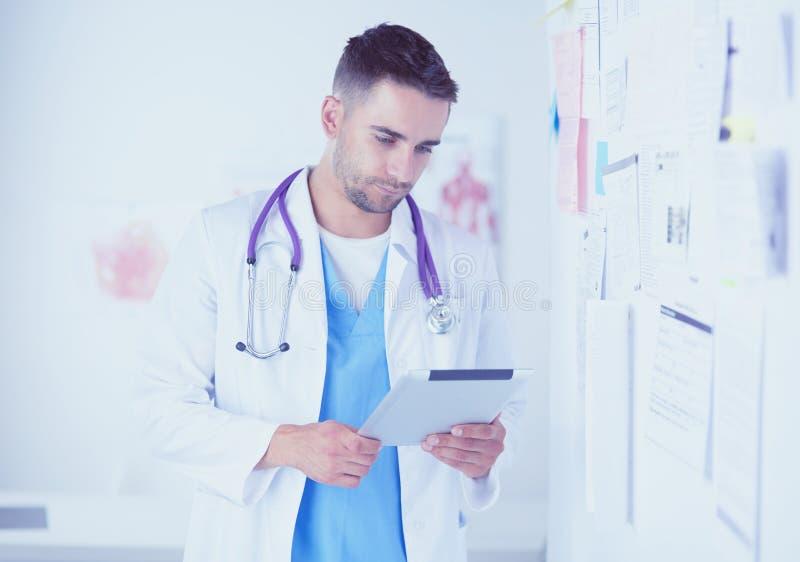 站立在医疗的年轻和确信的男性医生画象  库存照片