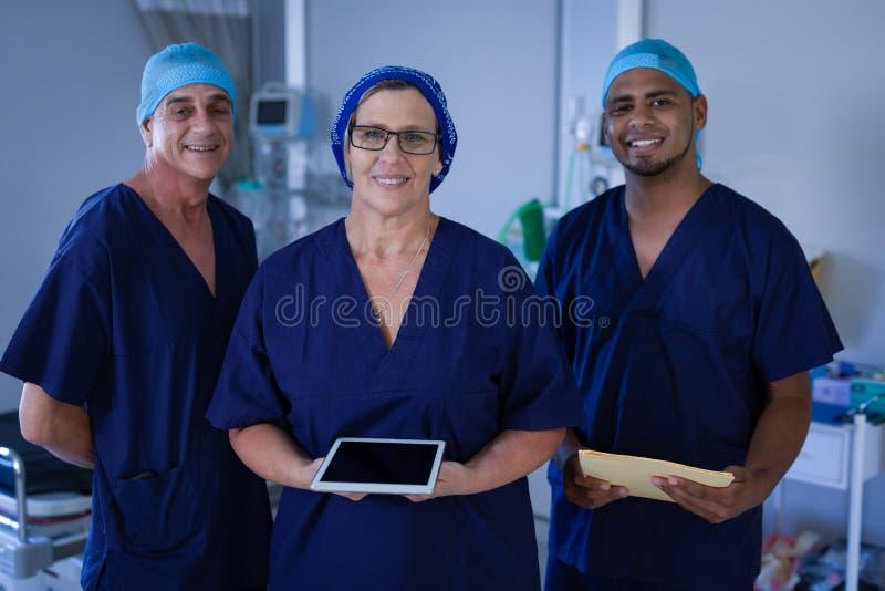 站立在医院诊所的外科医生 库存图片