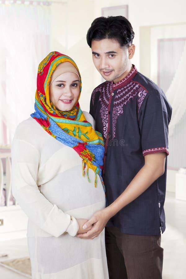 站立在卧室的伊斯兰教的夫妇 库存图片