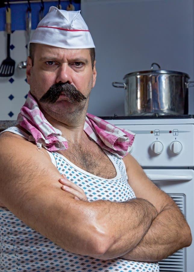 站立在厨房里的厨师 库存照片