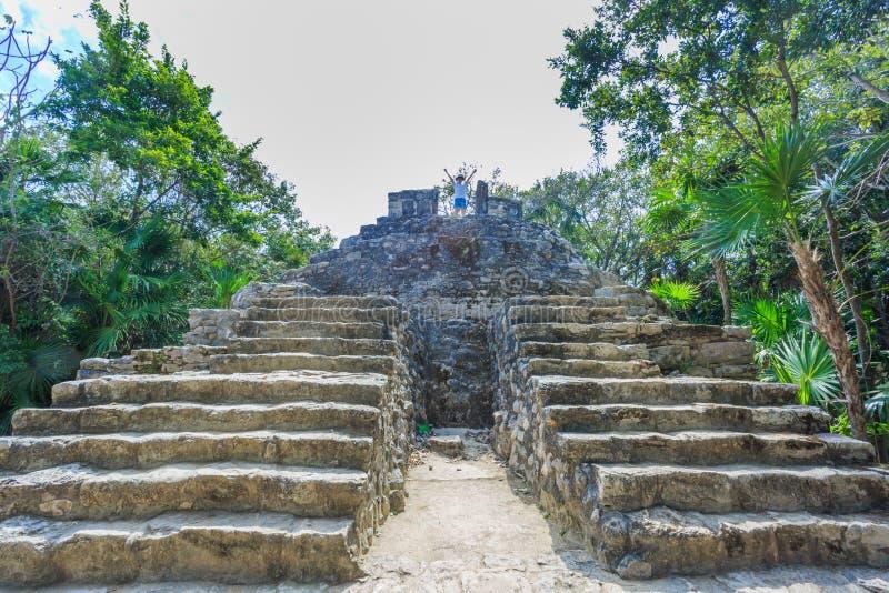 站立在古色古香的废墟上面的孩子  图库摄影