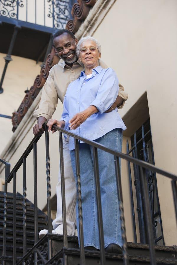 站立在台阶的非裔美国人的夫妇 图库摄影