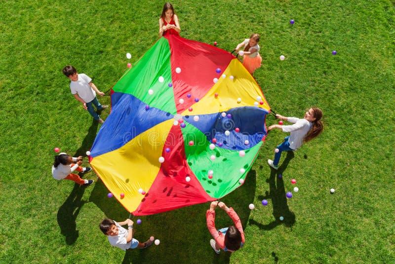 站立在圈子和打社会比赛的孩子 库存图片