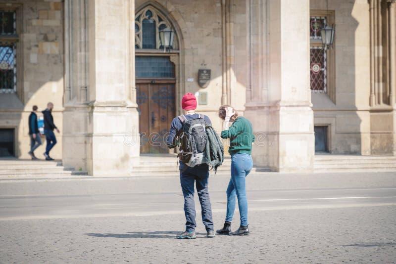 站立在埃福特,德国的市中心的夫妇 免版税库存照片