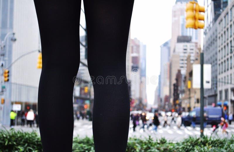 站立在城市的一个对腿 免版税库存照片