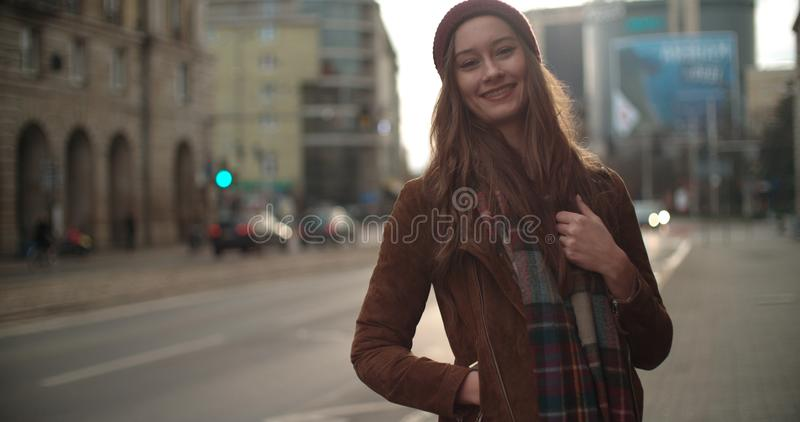 站立在城市街道的美丽的youn妇女画象  免版税库存图片