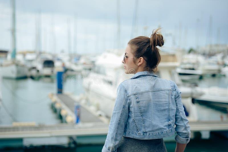 站立在堤防的俏丽的女孩侧视图 图库摄影