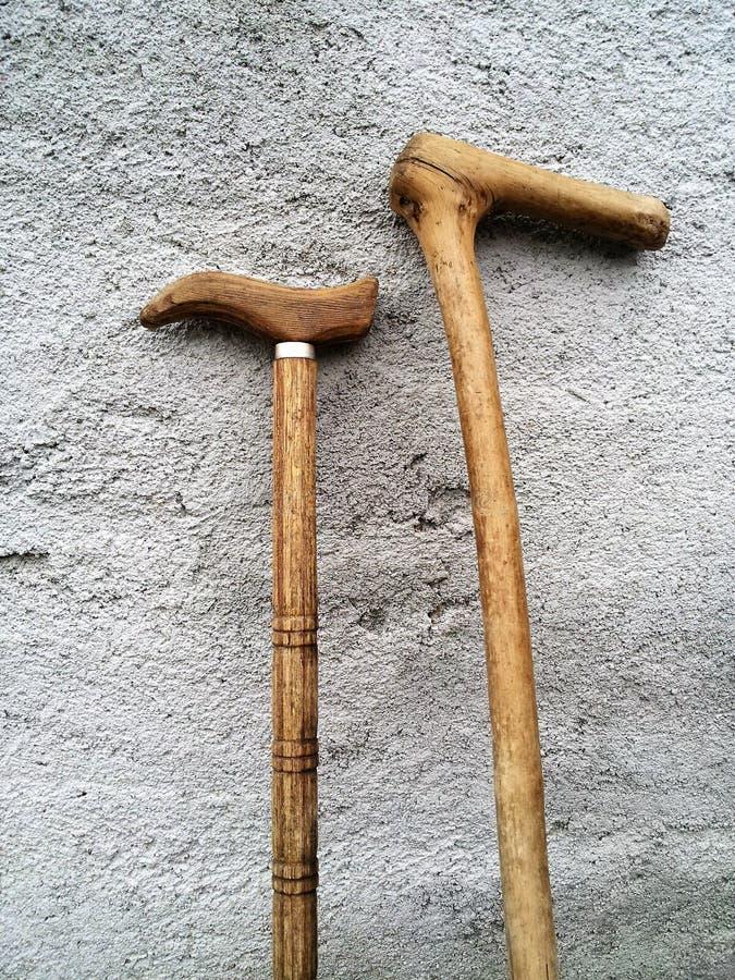 站立在墙壁上的手工制造木走的藤茎 免版税图库摄影