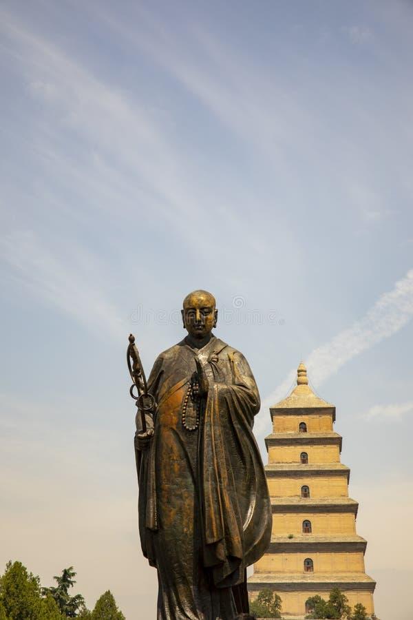 站立在大狂放的鹅塔前面的Xuanzang雕象, 图库摄影