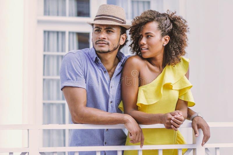 站立在大阳台的夫妇 免版税图库摄影