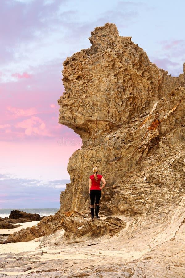 站立在女王维多利亚岩石南海岸NSW下 免版税图库摄影