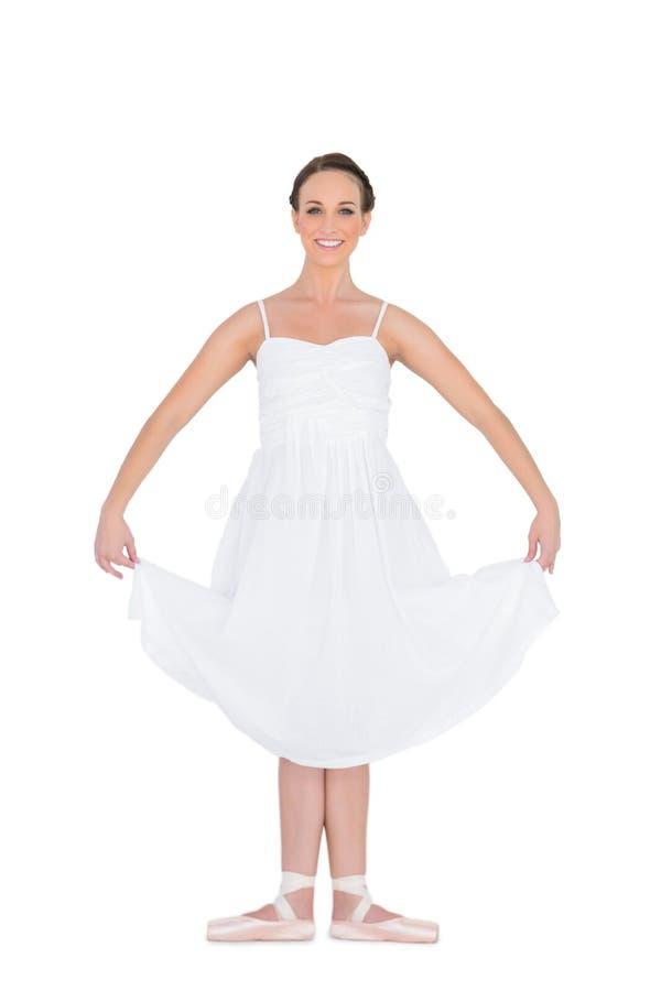 站立在姿势的快乐的年轻跳芭蕾舞者 免版税库存图片
