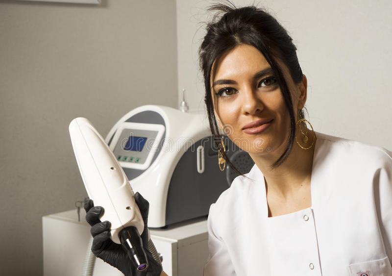 站立在实验室外套的确信的女性医生画象, 免版税库存照片