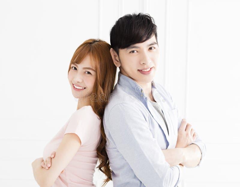 站立在客厅的年轻亚洲夫妇 免版税库存图片