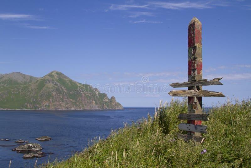 站立在小山的老距离显示器在被放弃的v附近 免版税库存照片