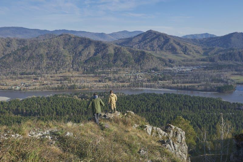 站立在小山顶部的两位科学家 库存图片