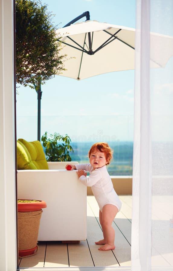 站立在屋顶露台的婴儿婴孩晴朗的夏日 库存图片