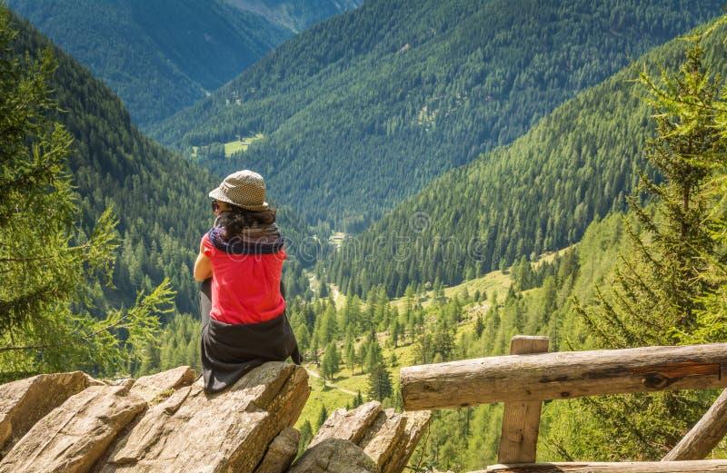 站立在山和enjoyng谷视图顶部的旅客小姐 犹太教教士谷,特伦托自治省女低音阿迪杰,意大利 免版税库存照片