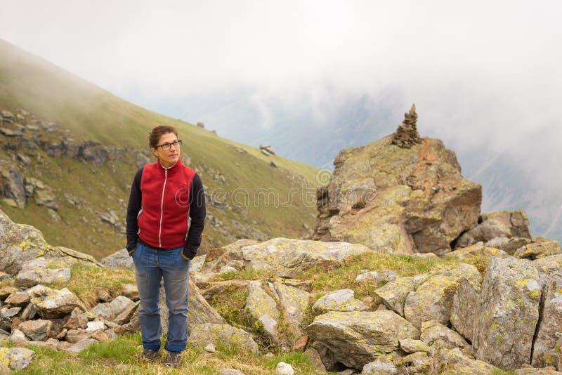 站立在山山顶的妇女 库存照片