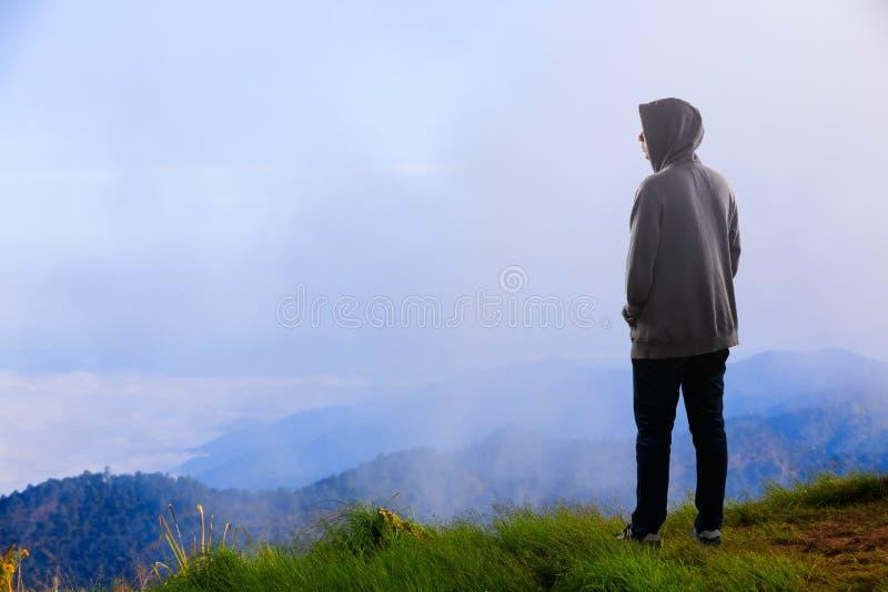 站立在山的少年亚裔男孩 库存图片