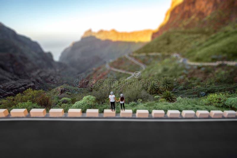 站立在山路旁的无忧无虑的夫妇 免版税库存图片