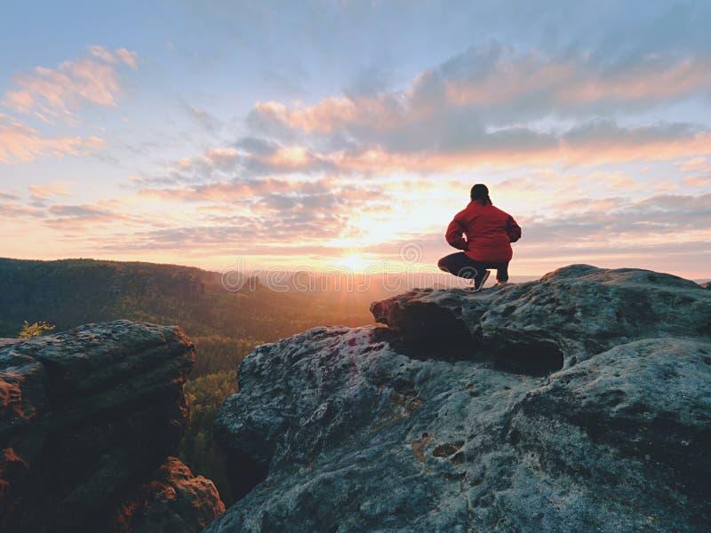 站立在山顶部和享受日出的远足者 美好的时候 免版税库存照片