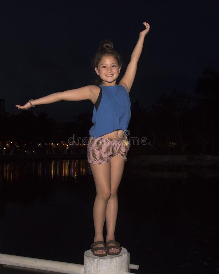站立在岗位的九岁的女孩在晚上 库存照片
