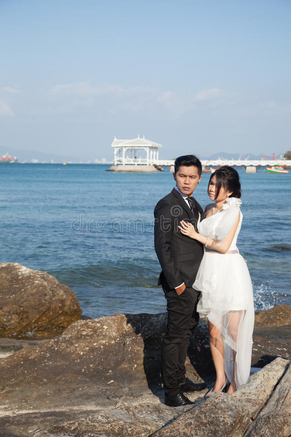 站立在岩石的新娘和新郎 免版税库存照片