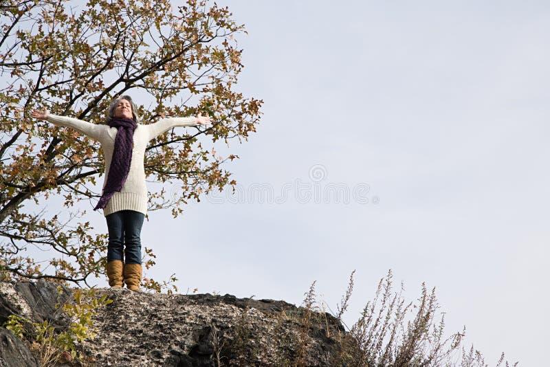 Download 站立在岩石的兴奋的妇女 库存图片. 图片 包括有 纵向, 自由, 享用, 生活方式, 高兴, 字符, 阴云密布 - 62534443