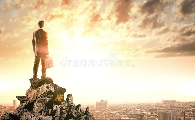Download 站立在岩石边缘的年轻商人 库存图片. 图片 包括有 经理, 聪明, 峭壁, 岩石, cloudscape - 72357545