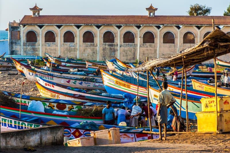 站立在岸的渔船在科摩林角镇 免版税库存照片