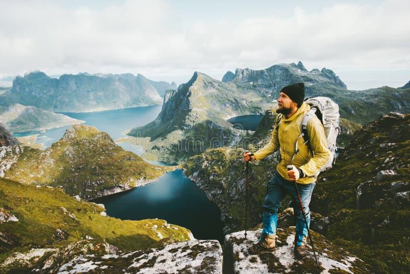 站立在峭壁山的有胡子的人旅客 库存照片
