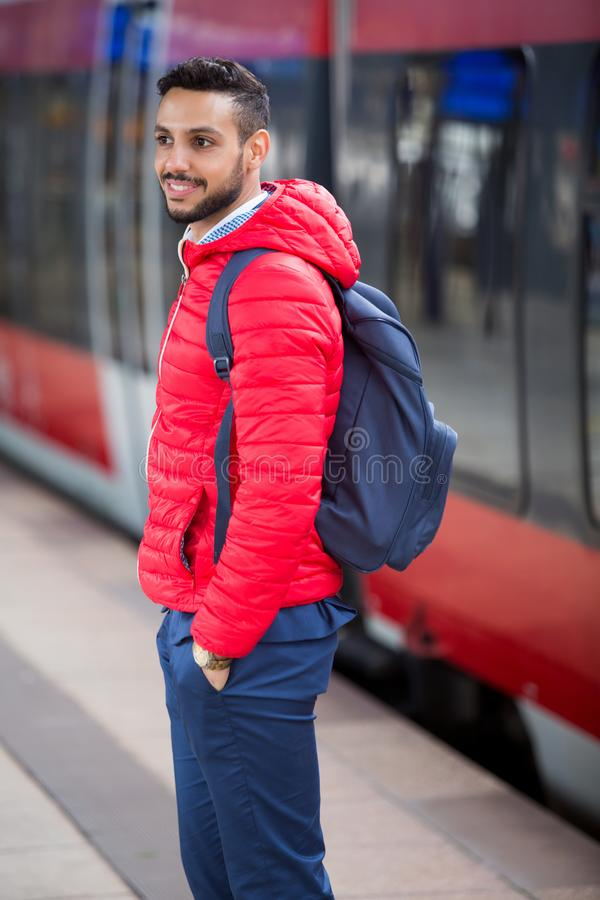 站立在平台的年轻人在火车站 免版税库存图片