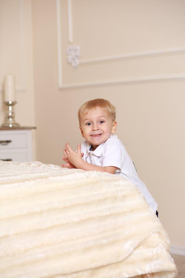 站立在床附近的小男孩 图库摄影
