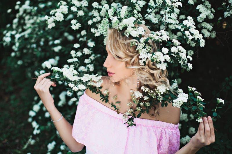 站立在庭院里的浪漫白肤金发的女孩 免版税图库摄影