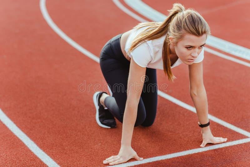 站立在开始状态的母赛跑者 库存图片