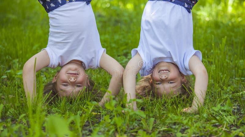 站立在手上的一个草甸的孩子 库存照片