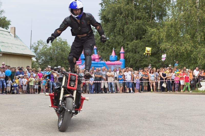 站立在摩托车的阿列克谢加里宁乘驾 Moto展示在Verkhovazhye,沃洛格达州地区,俄罗斯 库存照片