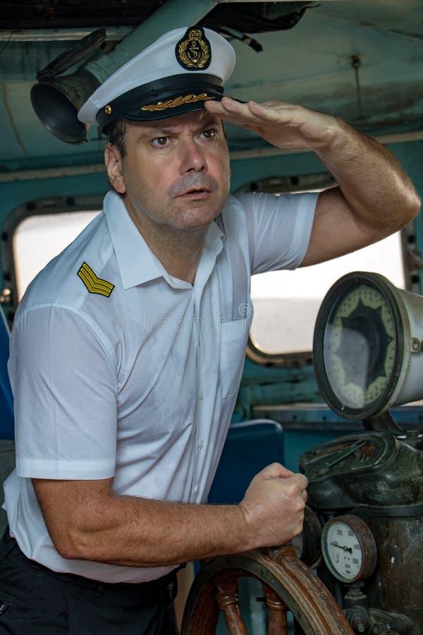 站立在操舵室的上尉 库存照片