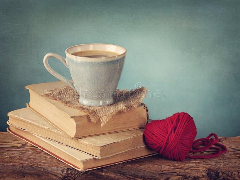站立在旧书的咖啡 免版税库存图片