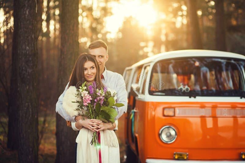 站立在明亮的汽车附近的夫妇 免版税库存照片
