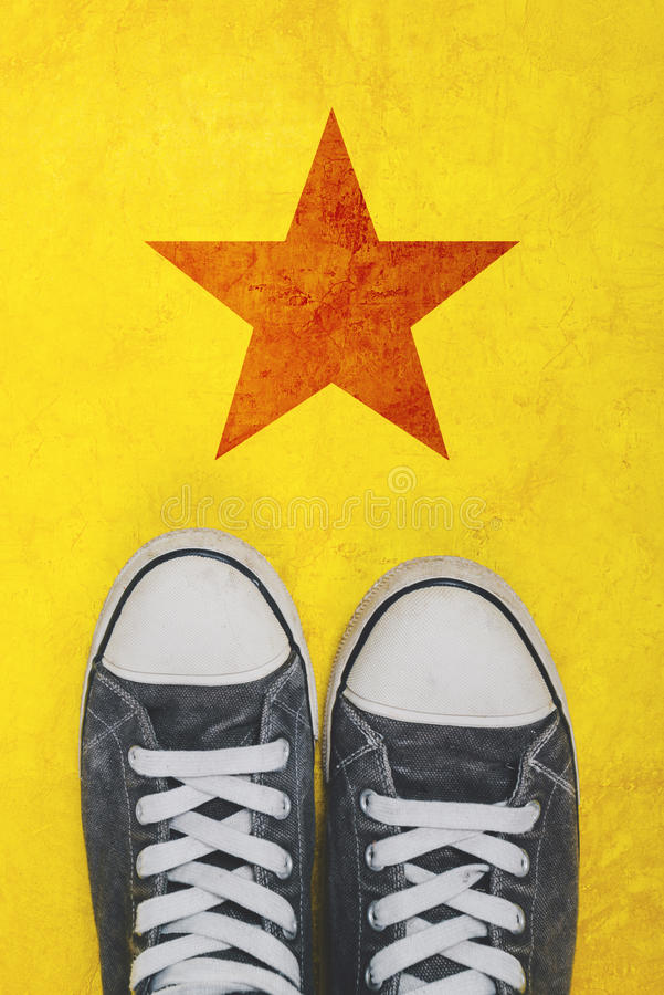 站立在有星形状版本记录的路的年轻活动家 库存照片