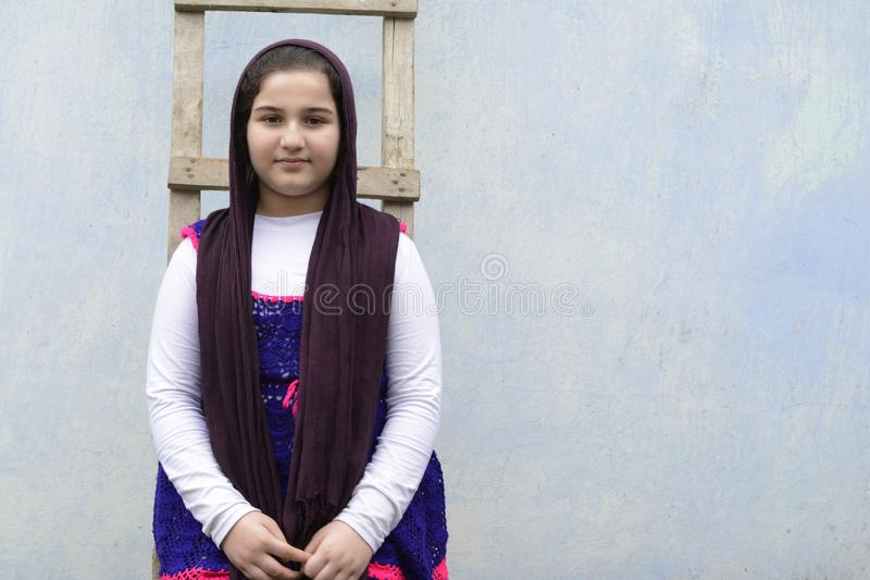 站立在木梯子前面的十几岁的女孩 库存照片