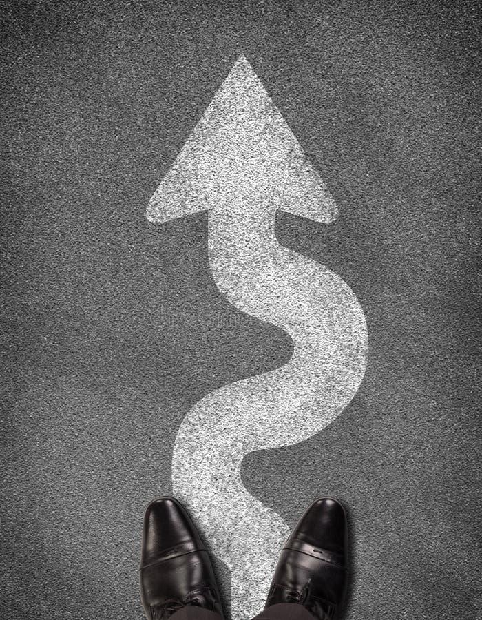 站立在柏油路的鞋子顶视图与 免版税库存照片