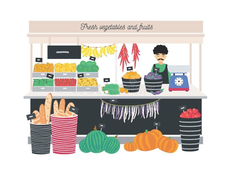 站立在柜台、摊位或者报亭的蔬菜水果商卖主有标度、水果、蔬菜和面包的 杂货店或商店 向量例证
