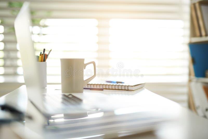 站立在桌上的咖啡杯 免版税图库摄影