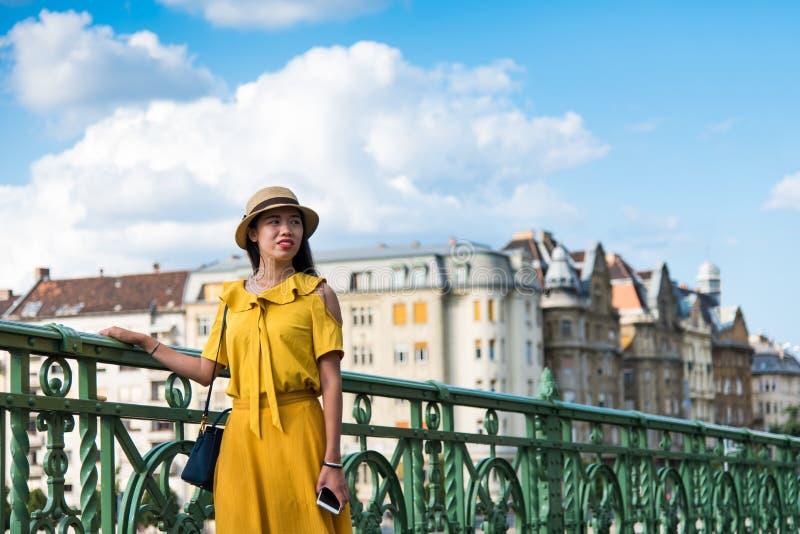 站立在桥梁的女孩的画象 库存照片